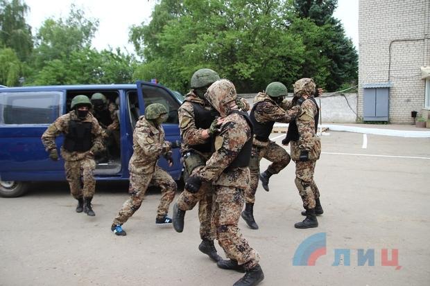 Сотрудники БПС МВД ЛНР провели показательные выступления для детей Луганска (ФОТО)