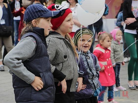 Активисты в честь Дня защиты детей провели яркий игровой праздник для юных луганчан (ФОТО)