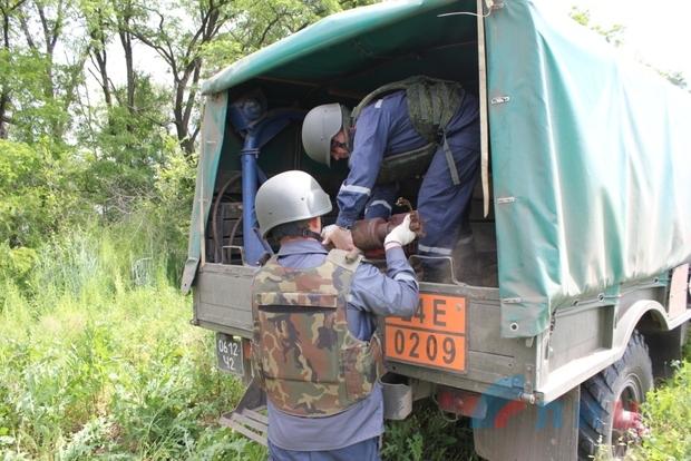 Саперы за два часа обнаружили на поле в Славяносербском районе более 10 боеприпасов (ФОТО)