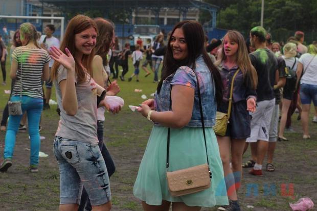 Фестиваль красок «Грязные танцы» проходит в Луганске (ФОТО)