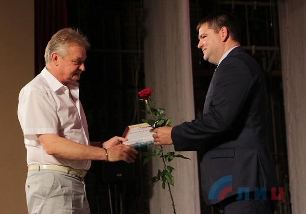 Представители руководства ЛНР вручили награды лучшим медработникам Республики (ФОТО)