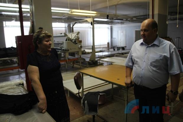 Заказы в ЛНР и РФ помогли сохранить швейную фабрику «Брянковчанка» – директор (ФОТО)