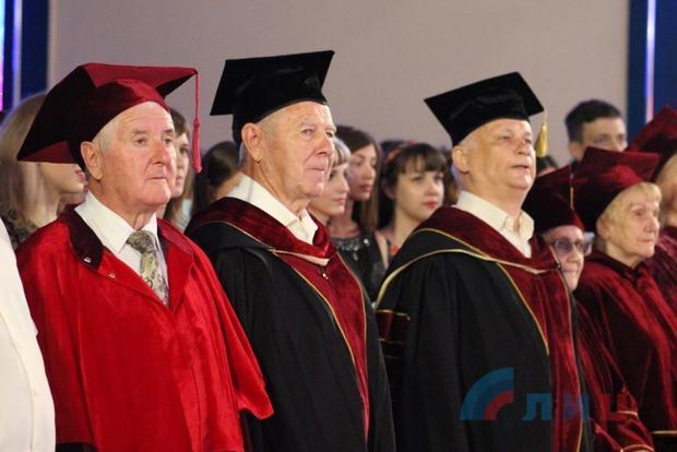 Почти 1,3 тыс. выпускников ЛГУ им. Шевченко получили дипломы о высшем образовании (ФОТО)