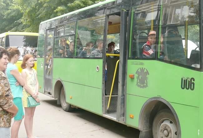 Более ста детей отправились сегодня из Луганска на отдых во вторую смену в детский лагерь «Лесные просторы»