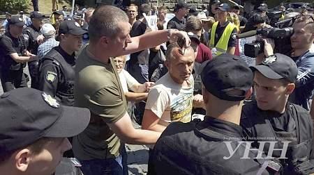 Под Кабмином между митингующими и правоохранителями произошли столкновения