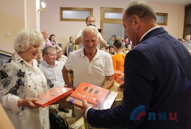 Минсемьи и мэрия поздравили семейные пары Луганска с Днем семьи, любви и верности (ФОТО)