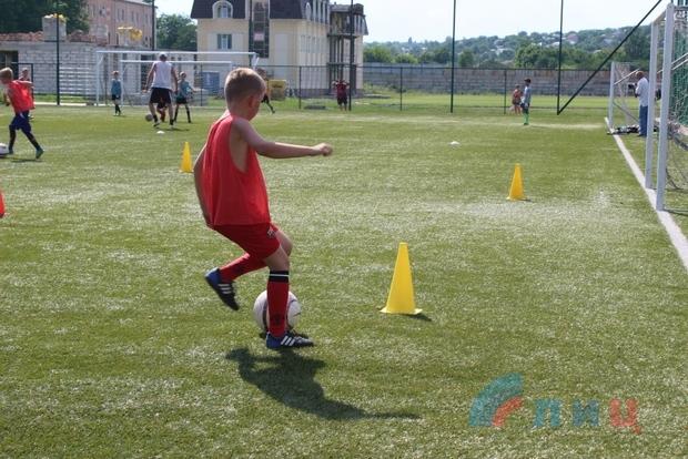 Футбольные тренировки возобновились на поле столичного стадиона имени Ленина (ФОТО)