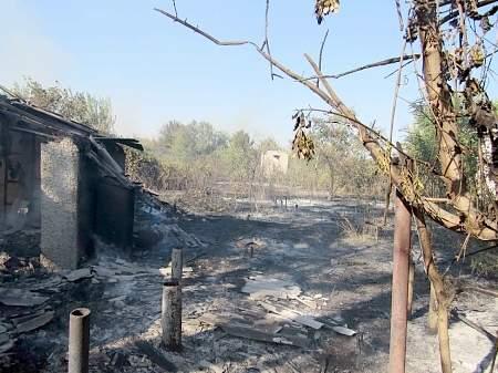 Спасатели продолжают ликвидировать масштабный пожар в Луганской области