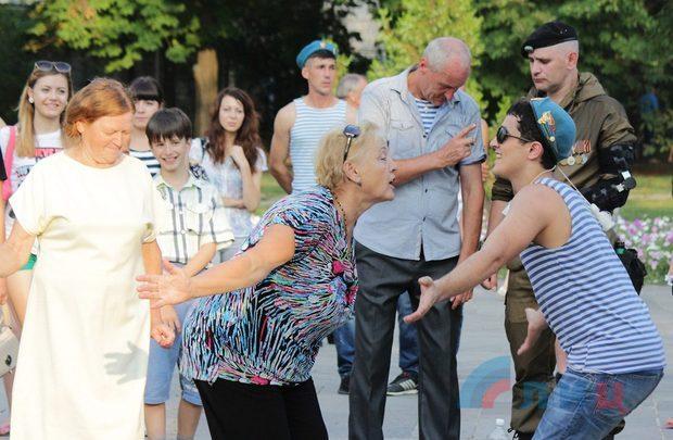 Концерт, посвященный Дню ВДВ, прошел в луганском сквере имени Героев «Молодой Гвардии» (ФОТО)