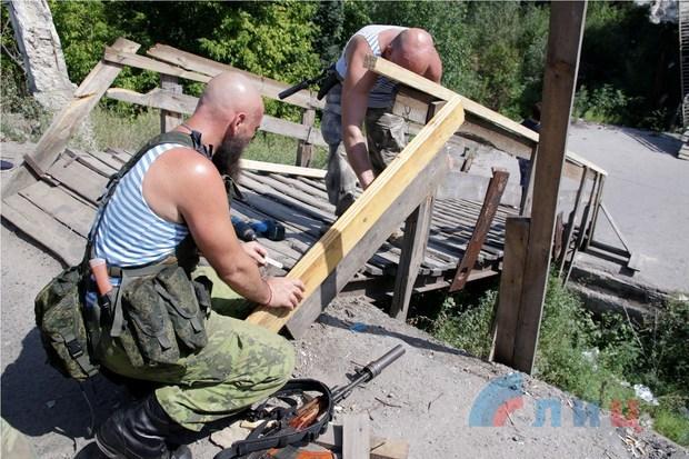 Народная милиция восстановила поврежденный обстрелами ВСУ мост у Станицы Луганской (ФОТО)