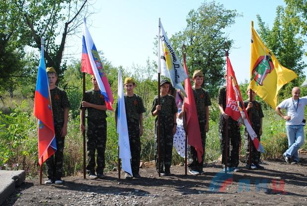 Свыше 300 человек почтили память павших защитников Донбасса в поселке шахты «Новопавловская» (ФОТО)