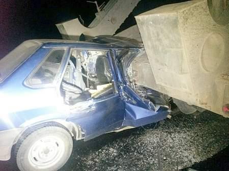 Под Мариуполем автомобиль врезался в тягач с военной техникой, погибли женщина и ребенок