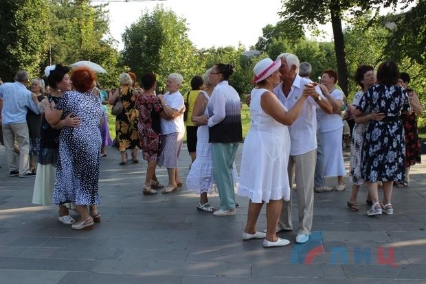 Театр эстрадной музыки и песни Луганска отметил День авиации концертом (ФОТО)