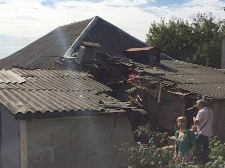В результате дорожно-транспортных происшествий в Харькове грузовик отбросило на крышу дома