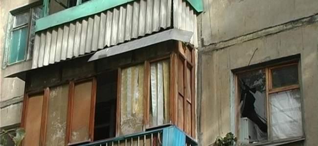 В Луганске на многоэтажный дом упало дерево