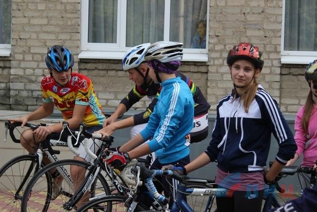 Спортсмены из ЛНР и ДНР открыли чемпионат по триатлону велогонкой в Луганске (ФОТО)