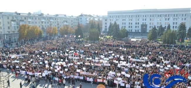 В Луганске проходит многотысячный митинг против иностранной вооружённой миссии в Донбассе