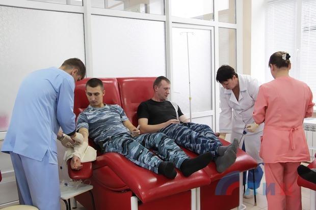 """Сотрудники ОМОН """"Беркут"""" сдали кровь для больниц и роддомов Луганска (ФОТО)"""