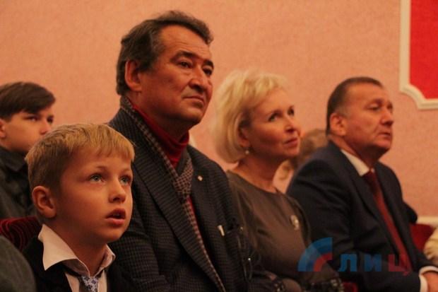 Кобзон подарил оргтехнику луганской музыкальной школе эстетического воспитания (ФОТО)