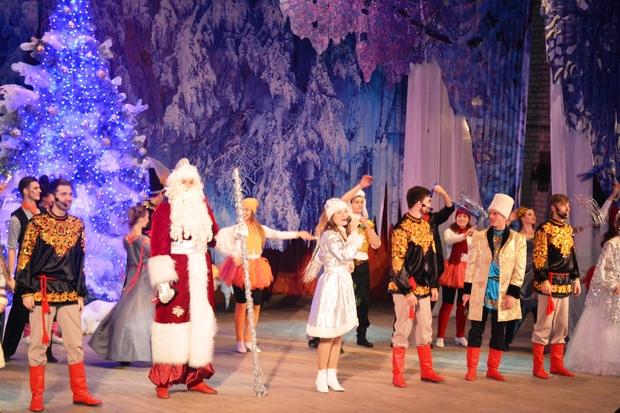 Дети в регионах ЛНР посетили новогоднюю сказку, сыгранную артистами Луганской филармонии (ФОТО)