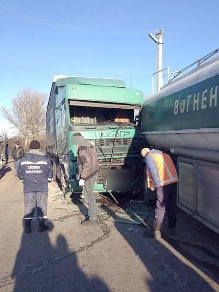 В Полтавской области на железнодорожном переезде столкнулись два грузовика