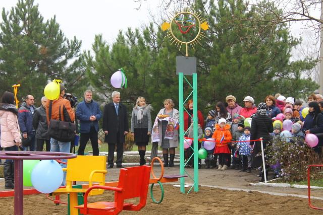 В подарок - детская площадка