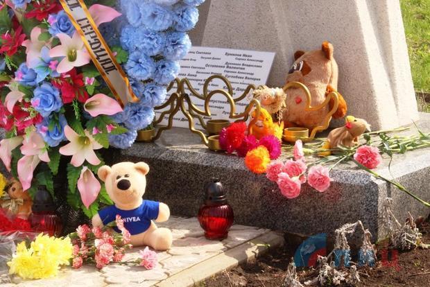 """Руководство и жители ЛНР в день начала """"АТО"""" почтили память погибших в ходе войны детей (ФОТО)"""