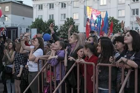 Алексей Воробьев, Стас Костюшкин и группа «Кватро» своим выступлением поздравили жителей и гостей ЛНР с пятилетием Республики