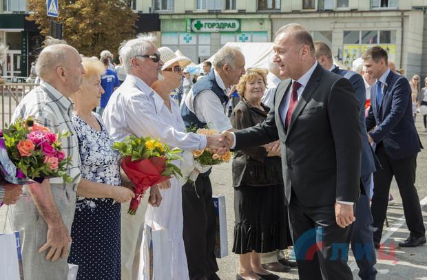 Бал семейных пар с участием молодоженов прошел в Луганске ко Дню города (ФОТО)