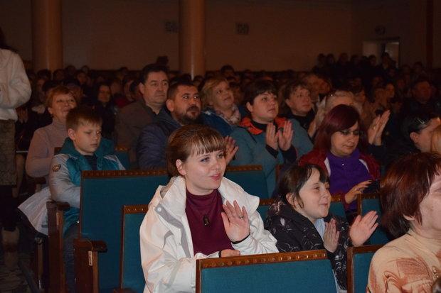 Чичерина на концерте в прифронтовом Кировске исполнила песни о защитниках ЛНР (ФОТО)