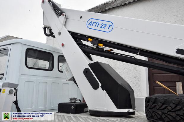 Власти ЛНР передали новую автовышку и ассенизаторскую машину коммунальщикам Свердловска (ФОТО)