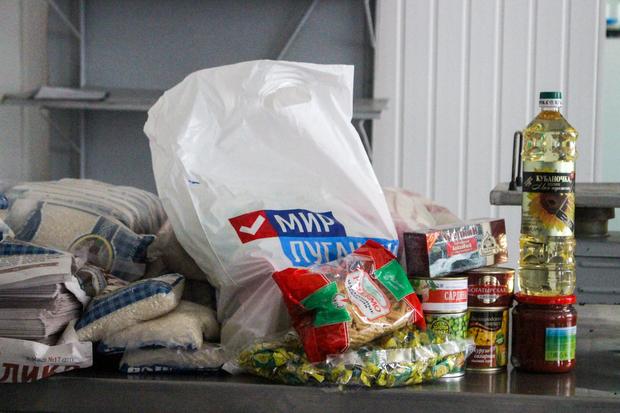 """Проект """"Волонтер"""" передал продуктовые наборы 130 работникам перевальского завода (ФОТО)"""