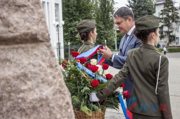 Глава ЛНР во время поездки в Краснодон почтил память героев-молодогвардейцев (ФОТО)
