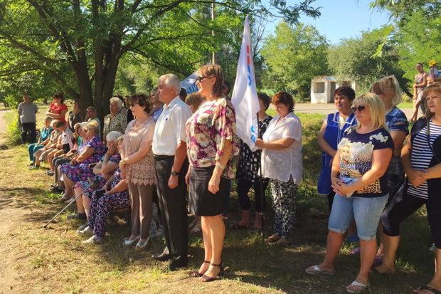 Жители Лутугино и Фабричного почтили память погибших в результате агрессии Киева (ФОТО)