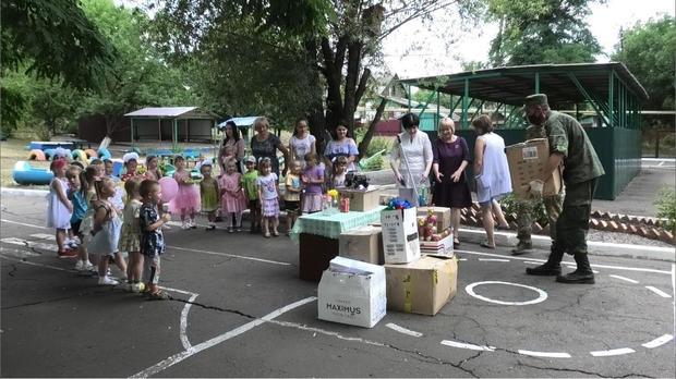 Народная милиция ЛНР передала гумпомощь дошкольным учреждениям прифронтового Кировска (ФОТО)