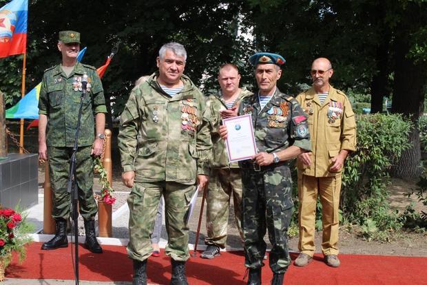 Общественники установили в Алчевске памятный знак, посвященный 90-летию ВДВ (ФОТО)