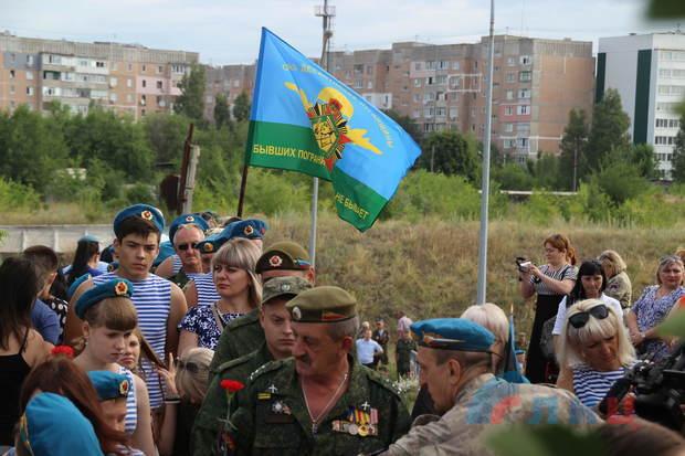 Десантники в ходе шествия по Луганску возложили цветы к памятникам защитникам Родины (ФОТО)