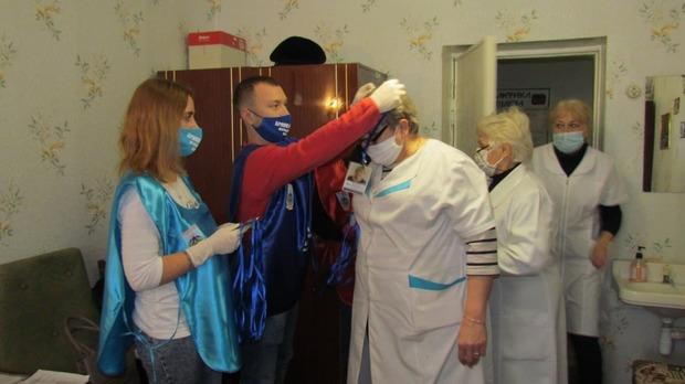 Молодежь Брянки вручила медикам бейджи с фотографиями, на которых они улыбаются (ФОТО)
