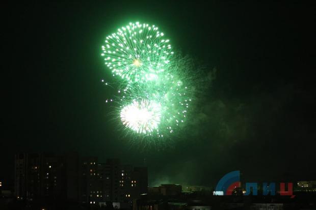 Празднование Дня Победы завершилось в Луганске праздничным салютом и фейерверком (ФОТО)